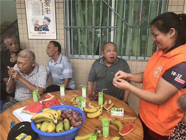 惠东爱心志愿者慰问白盆珠敬老院